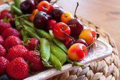 Plat de fruits et de baies d'été photographie stock