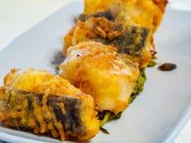 Plat de fruits de mer avec la morue frite croustillante photographie stock