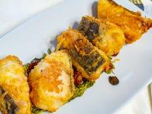 Plat de fruits de mer avec la morue frite croustillante image libre de droits