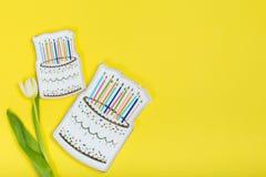 Plat de gâteau sur un fond jaune images libres de droits