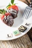 Plat de l'amour de fraises de chocolat Image stock