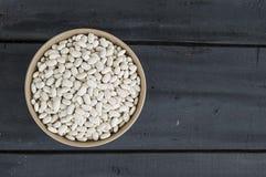 Plat de l'haricot, haricot avec des grains pour rendre le repas pousses fraîches et naturelles de haricot sec, dans un plat sur u Image stock