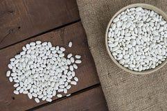 Plat de l'haricot, haricot avec des grains pour rendre le repas pousses fraîches et naturelles de haricot sec, dans un plat sur u Photo stock