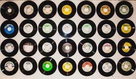 Plat de musique de phonographe sur le fond blanc de mur Photographie stock