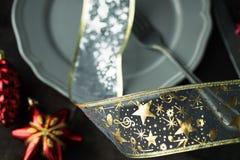 Plat de Noël avec le jouet rouge d'arbre modifié la tonalité et bokeh supplémentaire Photos stock
