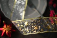 Plat de Noël avec le jouet rouge d'arbre modifié la tonalité et bokeh supplémentaire Image libre de droits