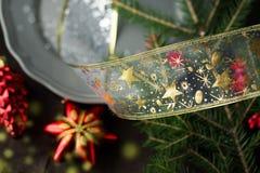 Plat de Noël avec le jouet rouge d'arbre modifié la tonalité et bokeh supplémentaire Photo stock