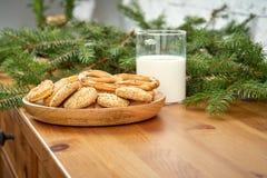 Plat de Noël avec les biscuits délicieux sur une vieille étagère sur le fond d'un mur de briques photographie stock