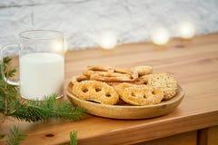 Plat de Noël avec les biscuits délicieux sur une vieille étagère sur le fond d'un mur de briques photos libres de droits