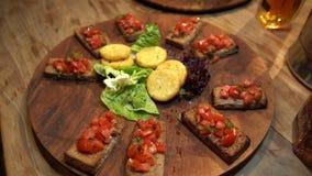 Plat de nourriture délicieuse dans le restaurant de luxe clips vidéos