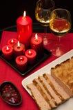 Plat de Pâques de pâté avec des verres de vin Photos stock