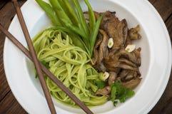Plat de pâte de spaghetti avec des champignons d'épinards et d'huître Cuisine italienne, recettes italiennes Fond en bois Vue sup photo stock