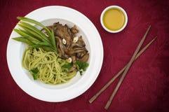 Plat de pâte de spaghetti avec des champignons d'épinards et d'huître Cuisine italienne, recettes italiennes Fond en bois Vue sup Image stock