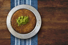 Plat de pâtisserie de fromage de Kanafeh sur la table Images libres de droits
