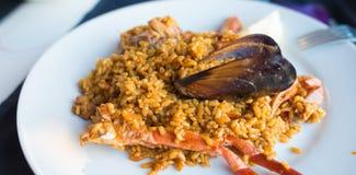 Plat de Paella dans un restaurant espagnol Photo stock