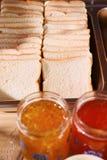 Plat de pain et jus d'orange en glace Images stock