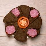 Plat de pain noir et de saucisse coupés en tranches sur la table en bois Images stock