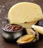 Plat de panneau de fromage avec de la confiture de prunes Photographie stock