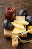 Plat de panneau de fromage avec de la confiture de prunes Image libre de droits
