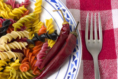 Plat de pepperoni de petit morceau de pâtes Images libres de droits