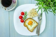 plat de petit déjeuner d'Oeuf-dans-un-trou Images stock