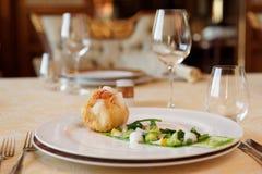 Plat de poisson créatif dans le restaurant classique Photographie stock libre de droits