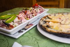 Plat de poisson cru de Tipical, ceviche Avec les légumes, l'oignon, rouges et photographie stock