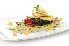 Plat de poisson, filet de turbot avec l'agrume, crème de fenouil, riz noir, Image libre de droits