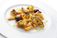 Plat de poisson Fried Octopus avec le fruit mariné Photo stock