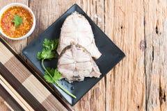 Plat de poisson - les poissons bouillis mangent avec l'immersion épicée de fruits de mer Image stock