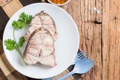 Plat de poisson - les poissons bouillis mangent avec l'immersion épicée de fruits de mer Photographie stock