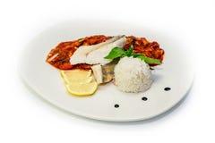 Plat de poisson - riz blanc et légumes frits de filet de poissons photo stock