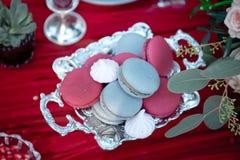Plat de portion argenté avec la grenade et les macarons Photos stock