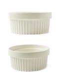 Plat de ramekin de soufflé de porcelaine d'isolement photographie stock