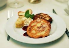 Plat de restaurant avec des crêpes images libres de droits
