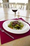 plat de restaurant - salade avec l'oeuf Image stock