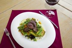 plat de restaurant - salade avec l'oeuf et la dinde Images stock