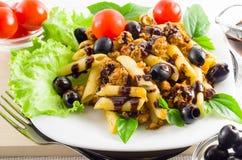 Plat de rigatoni italien de pâtes avec de la sauce bolonaise Image libre de droits