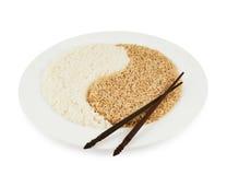 Plat de riz formant un signe de yang de yin Photographie stock