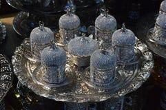 Plat de ruban avec six théières et conteneurs images libres de droits