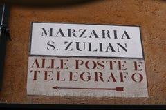 Plat de rue indiquant des directions à Venise, Italie Photographie stock