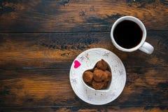 Plat de Saint Valentin et blanc de vintage, bonbons et coeur faits à partir du papier rouge, tasse de café noir Photos stock