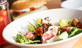 Plat de salade et des tomates savoureuses Photo stock