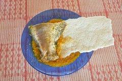 Plat de soupe amazonienne à poissons de style avec du pain de Cassave photos libres de droits