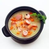 Plat de soupe crémeux appétissant avec des tranches de saucisse Images stock