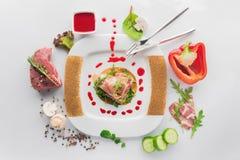 Plat de veau avec le poivron rouge, roulades de viande, champignons frais photo stock