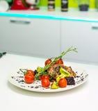 Plat de viande avec des légumes Photographie stock libre de droits