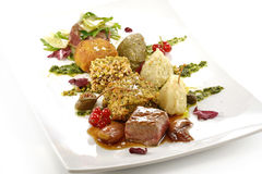 Plat de viande, cubes en variations du bifteck, grillé, pané, assaisonné Photo stock