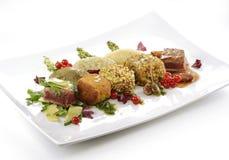Plat de viande, cubes en variations du bifteck, grillé, pané, assaisonné Images libres de droits