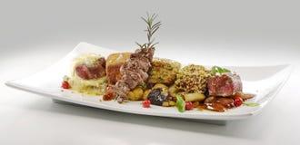 Plat de viande, cubes en variations du bifteck, grillé, pané, assaisonné Image stock